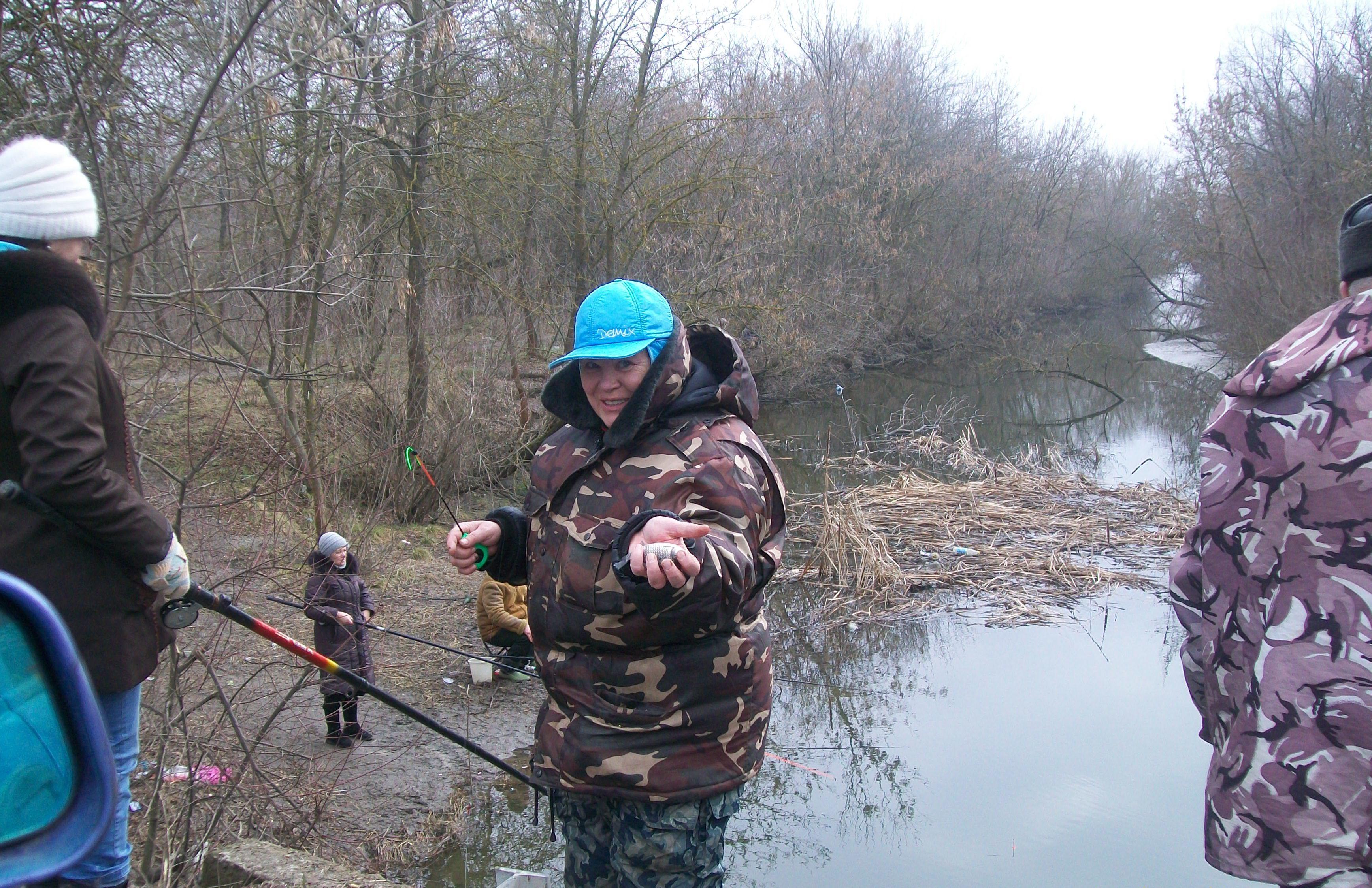 Женщина рыбачит на речки