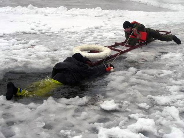 Техника помощи при опасной ситуации на зимней рыбалки