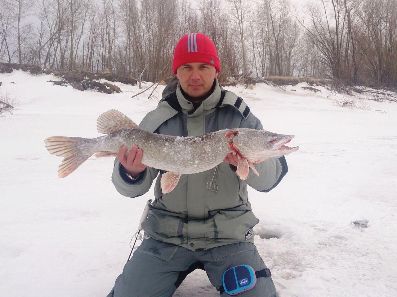 Рыбак с щукой в руках