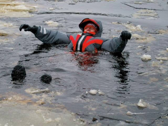 Парень в ледяной воде