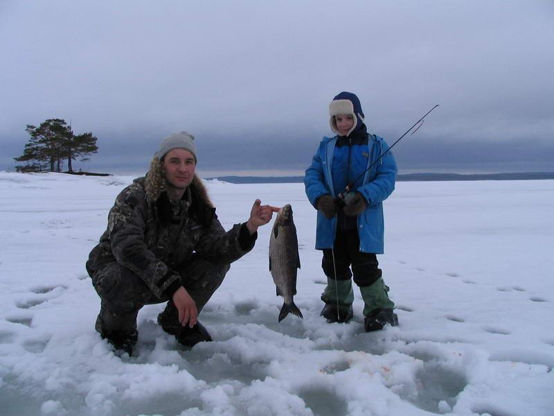 Отец с сыном на рыбалке