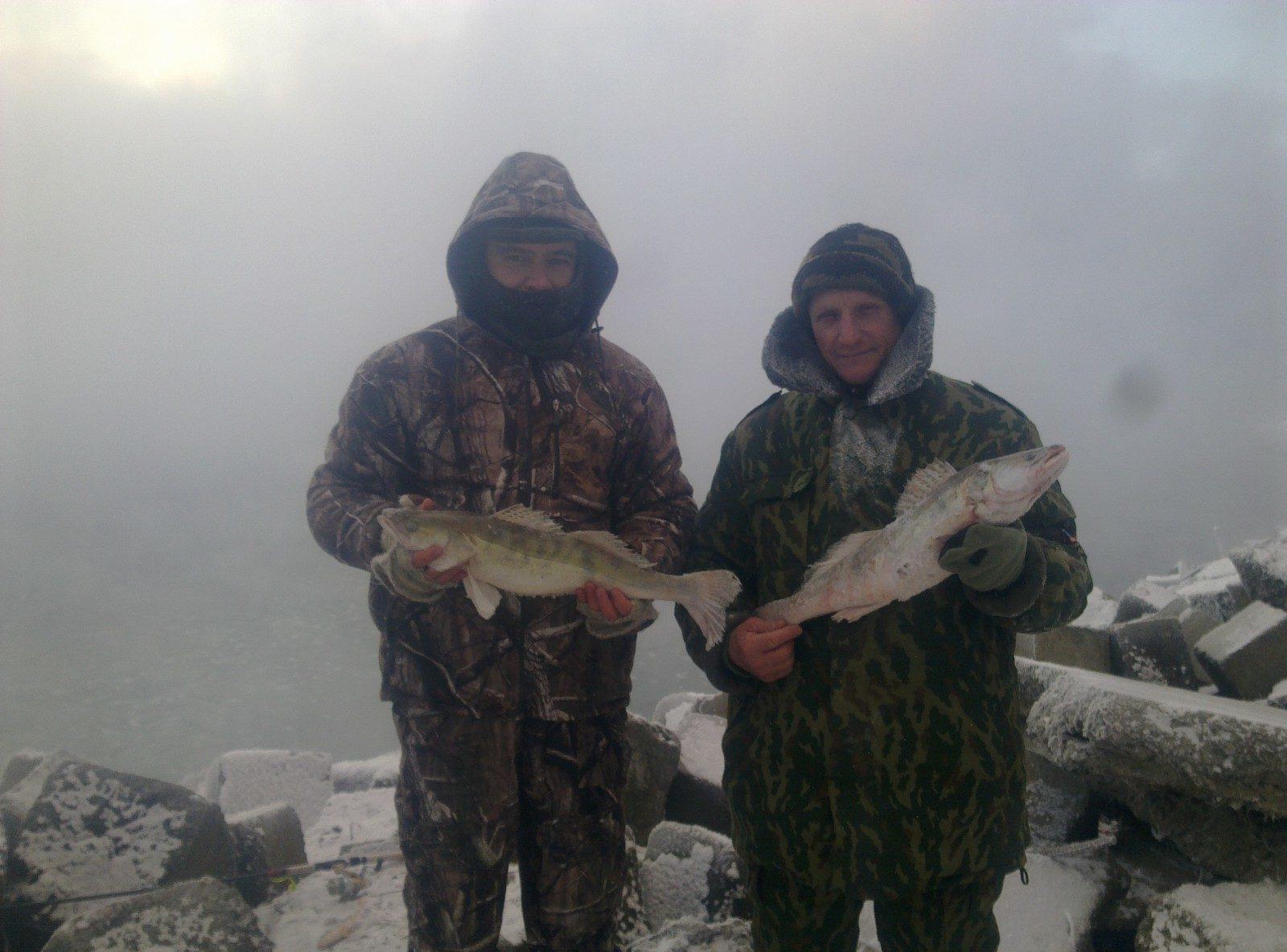 Два рыбака с судаками в руках