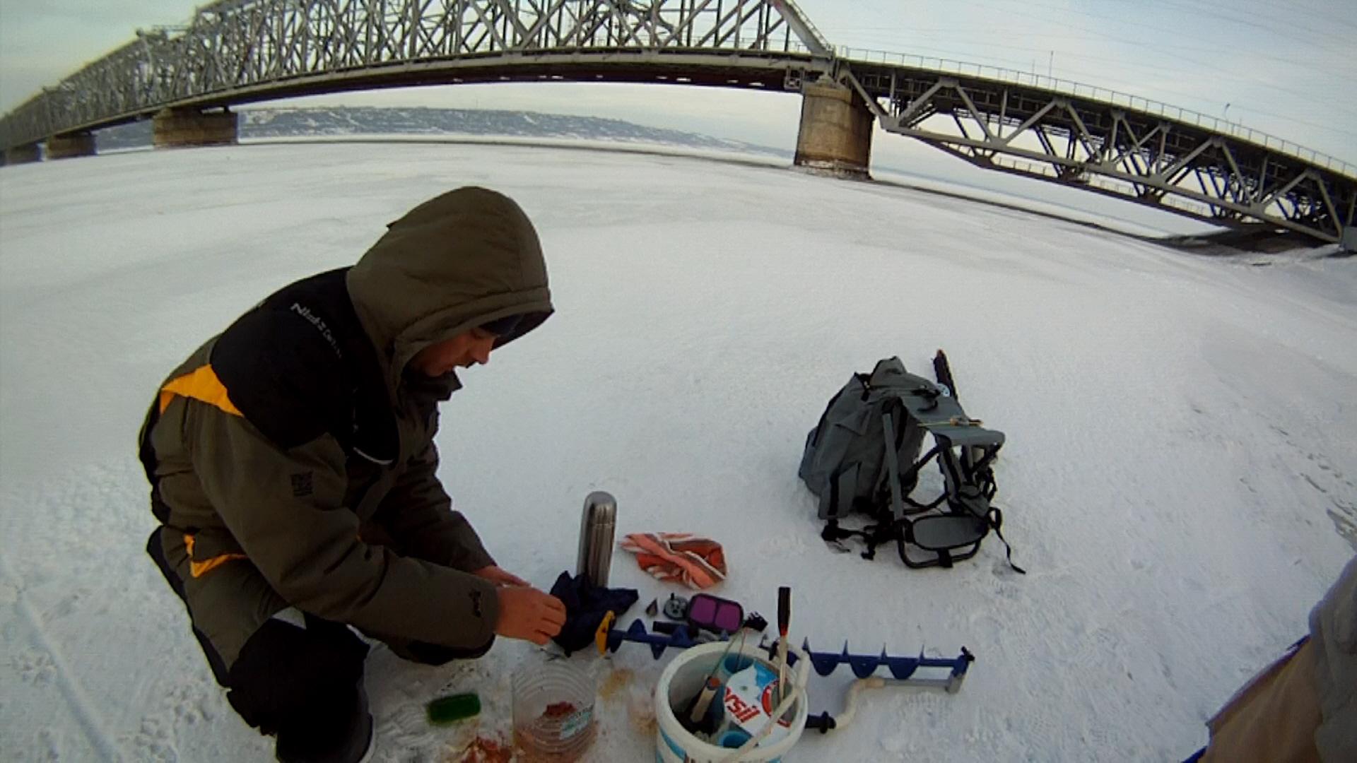 Рыбак на фоне железнодорожного моста