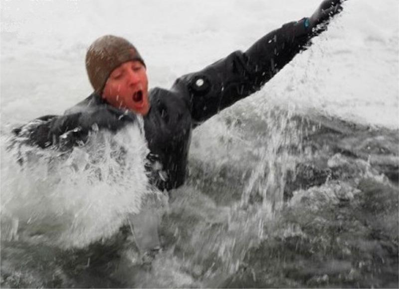 Человек в ледяной воде