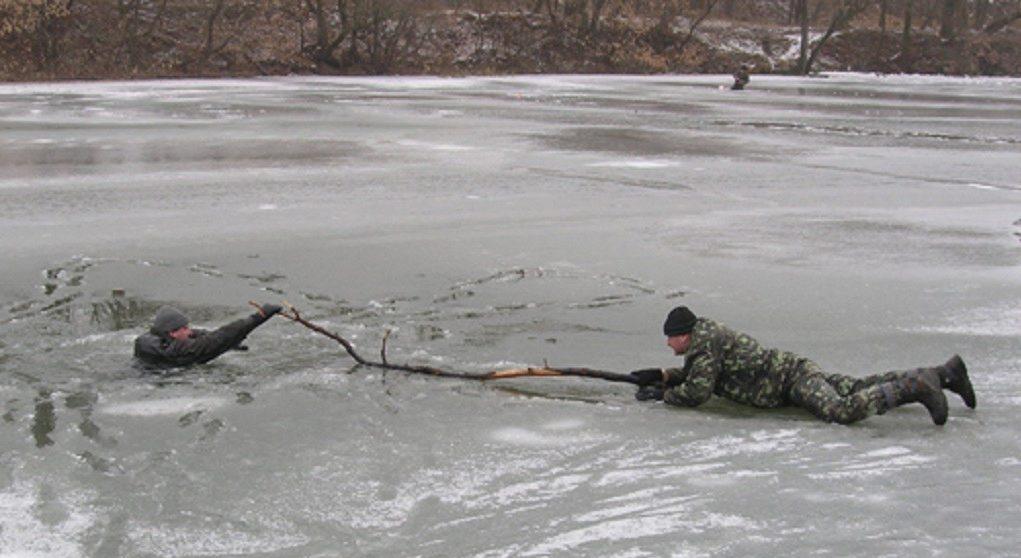 Спасения рыбака при помощи палки