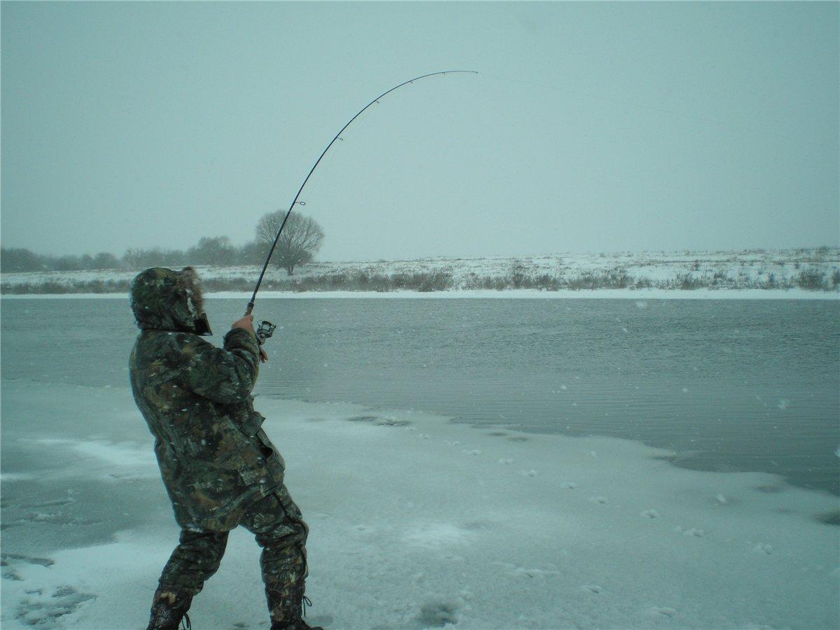 Рыбак со спиннингом в руках