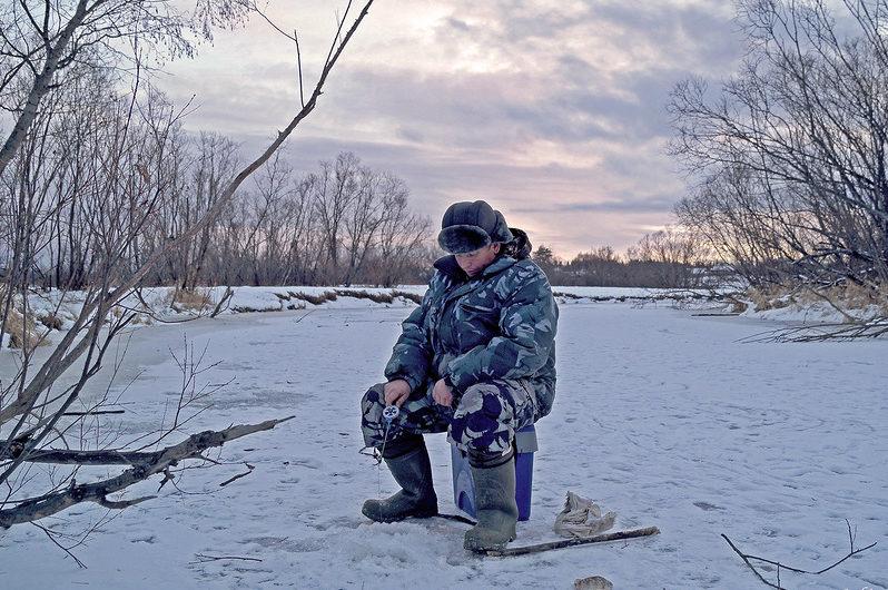 Мужик с зимней удочкой в руках