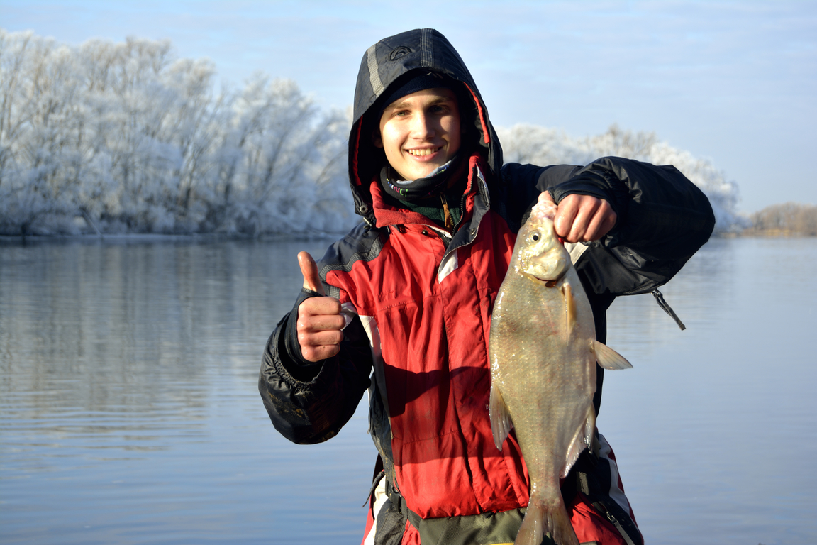 Парень с пойманной рыбкой