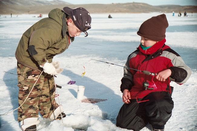 Юные Рыбаловы на льду