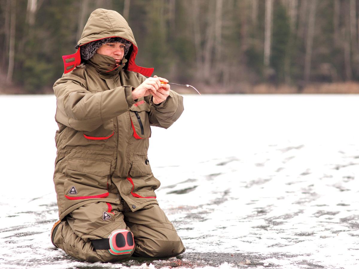 Рыбак на льду с удочкой в руках