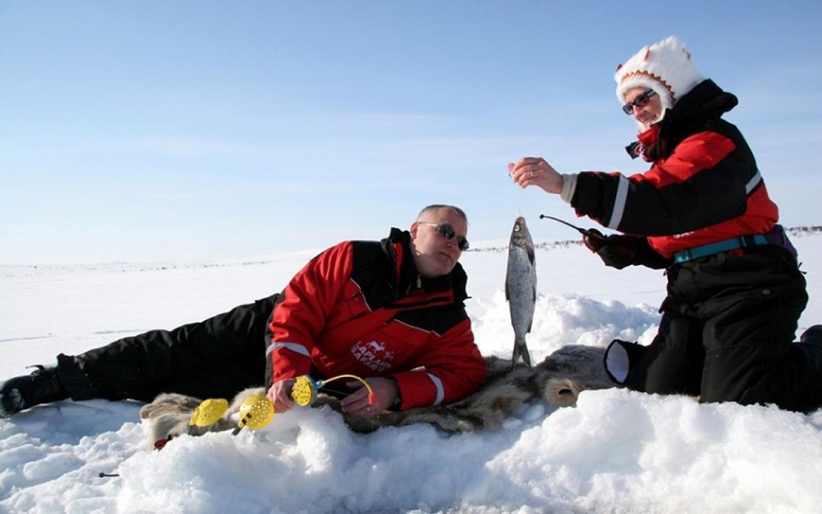 Муж с женой на зимней рыбалке