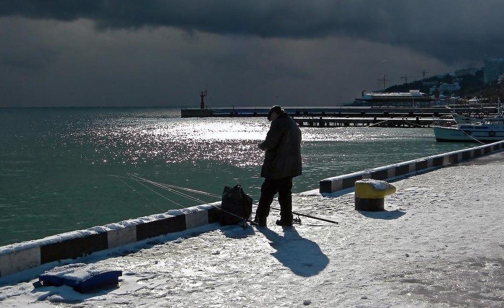 Одинокий рыбак на рыбалке