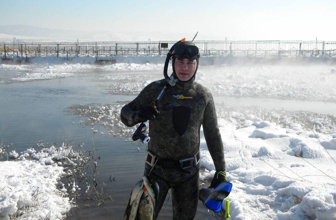 Подводный охотник с полным куканом рыбы