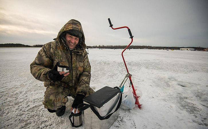 Довольный рыбак с термосом