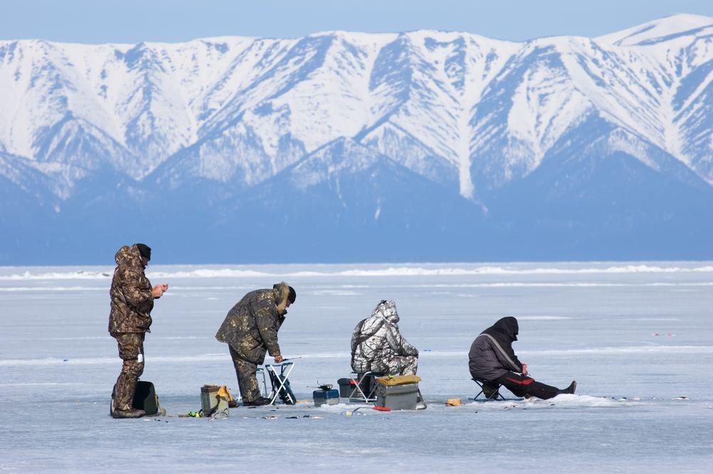 Четверо рыбаков на фоне гор
