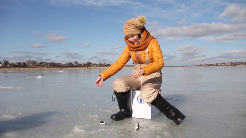 Девушка рыбак на льду