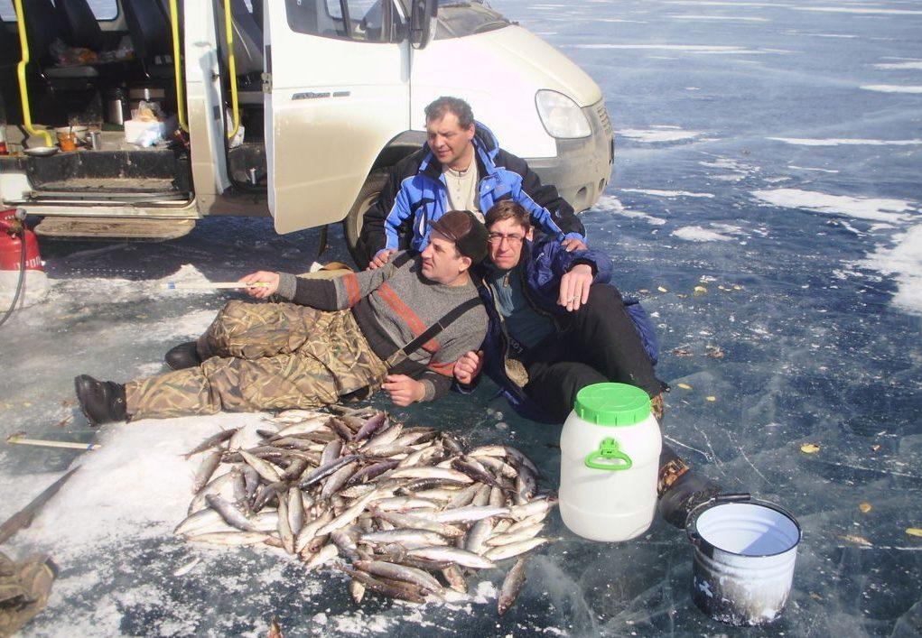 Три друга на зимней рыбалке