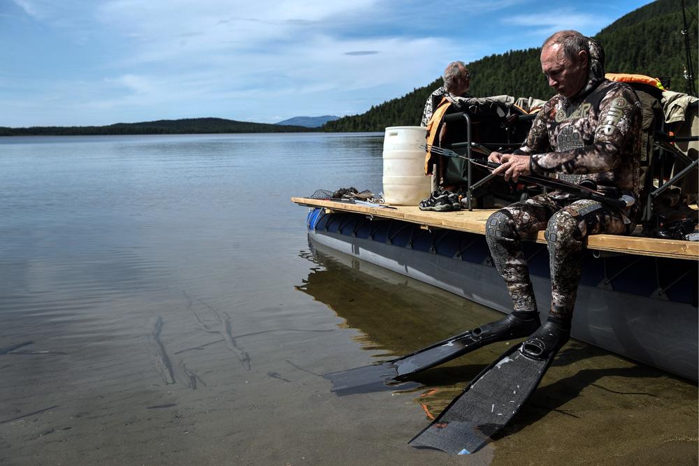 Владимир Владимирович Путин готовит ружье к охоте