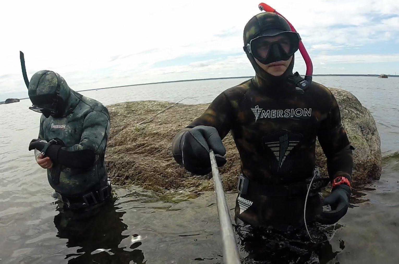 Два парня в экипировки для подводной охоты