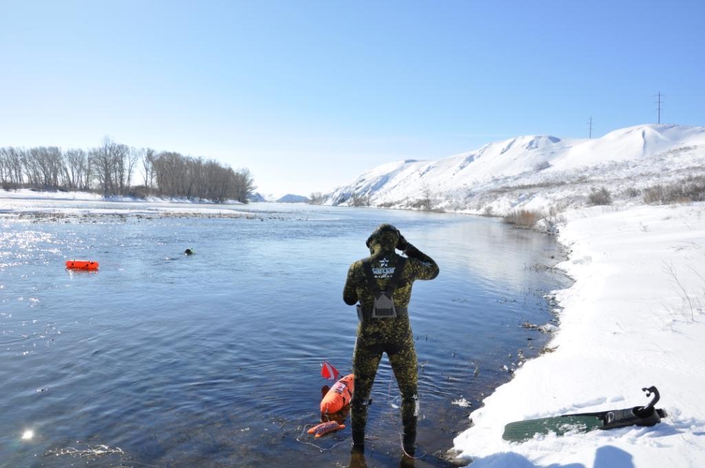 Парень в снаряжении для подводной охоты