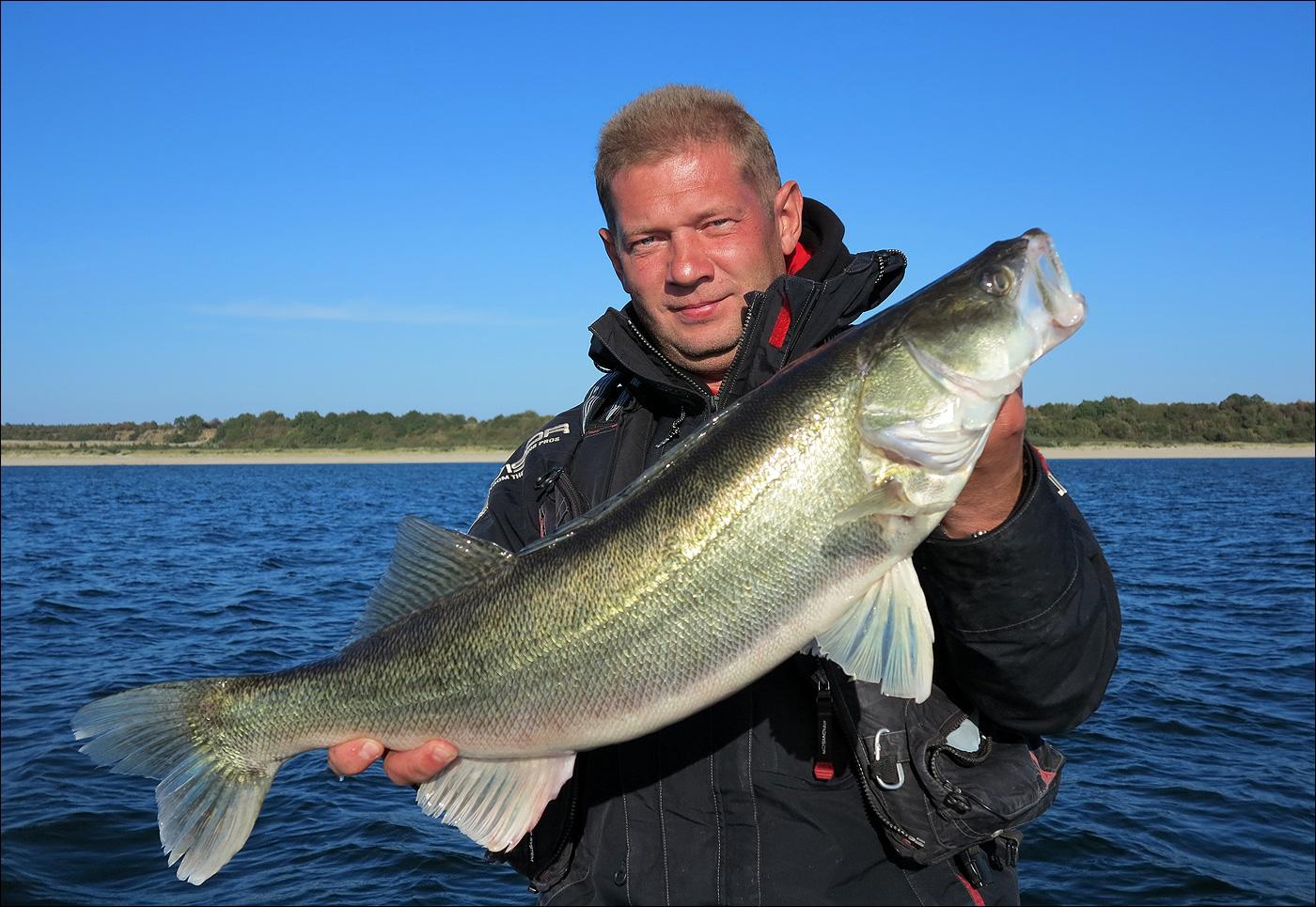 Рыбак с трофеем в руках