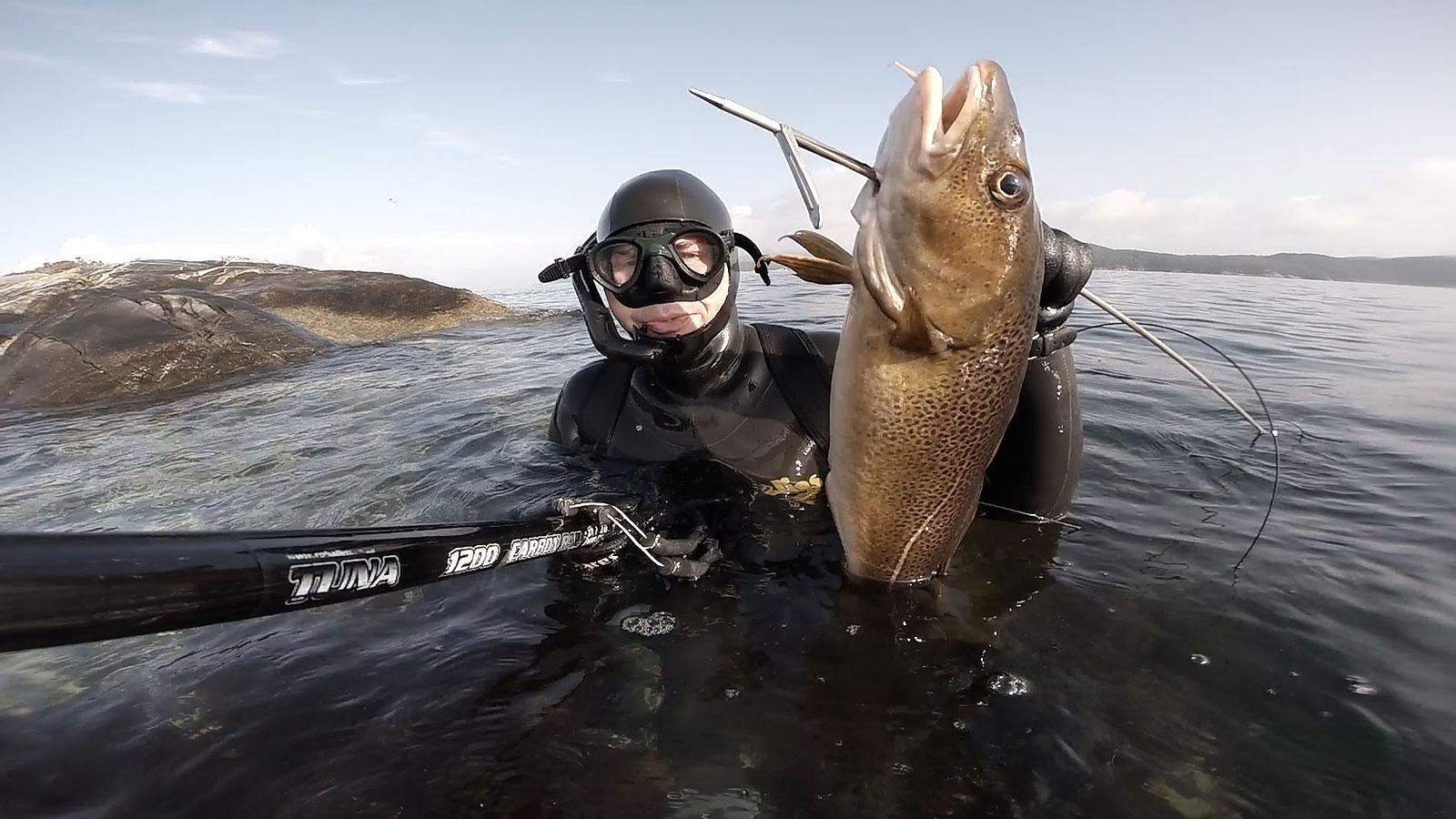 Подводный охотник с добытой рыбой
