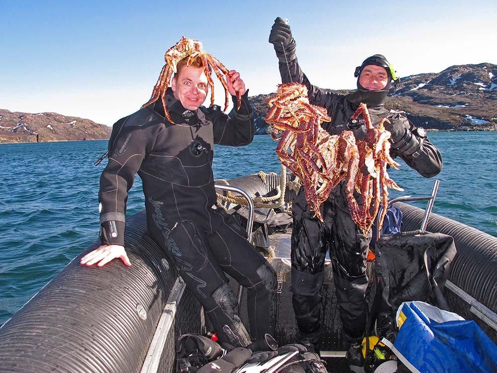 Два парня в лодке с крабами