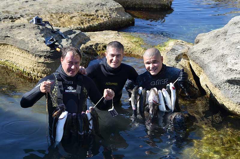 Трое подводных охотников
