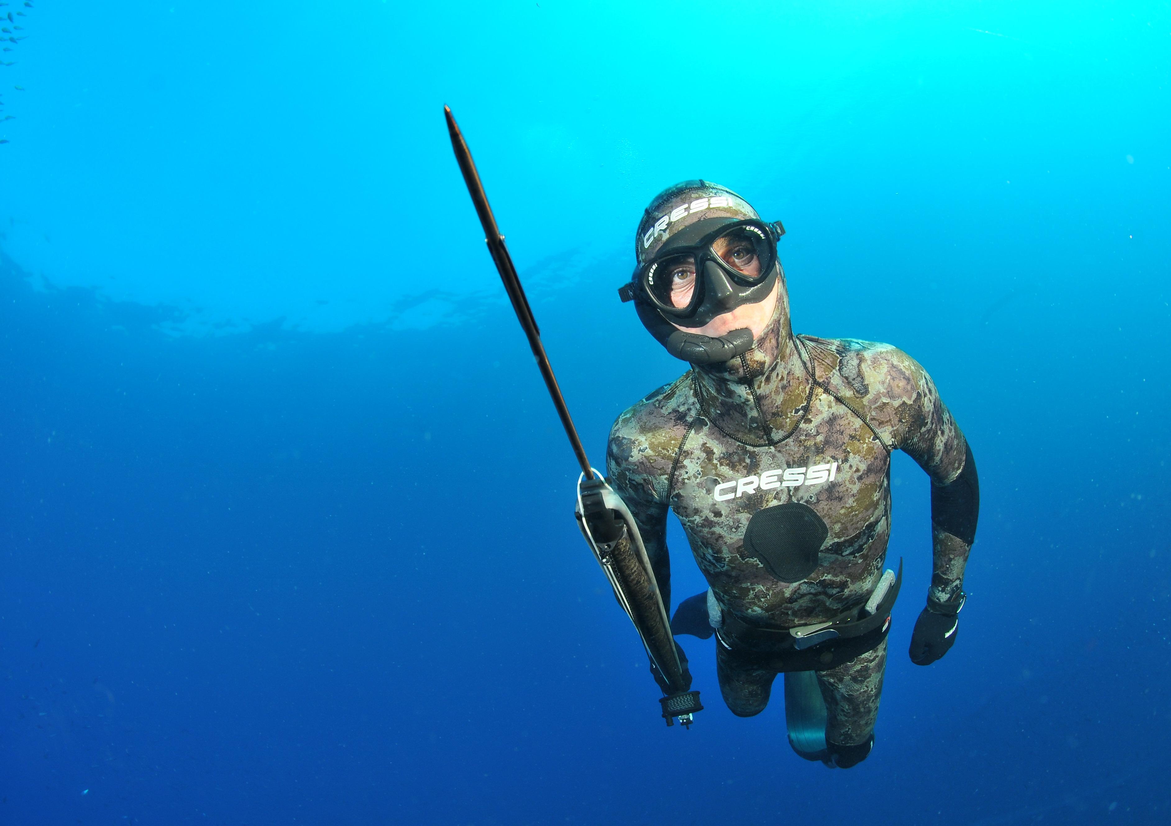 Подводный охотник с ружьем
