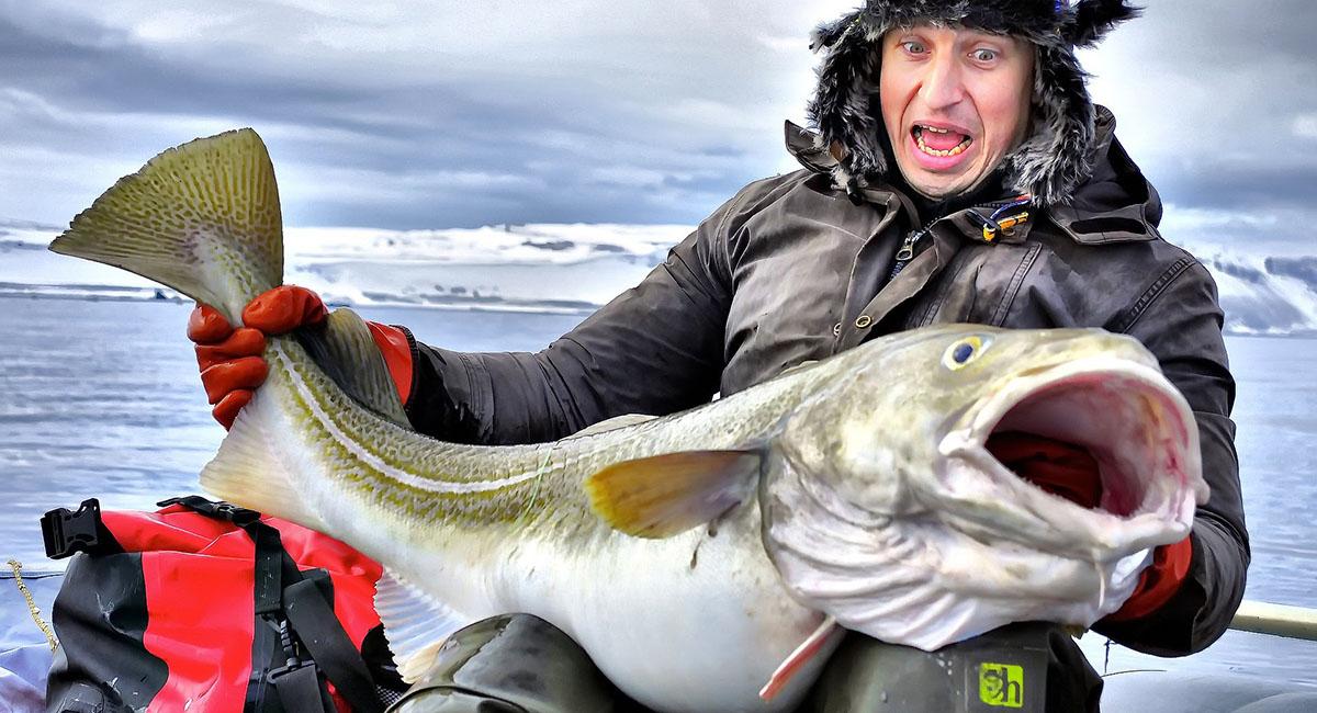 Довольный рыбак с огромной рыбиной