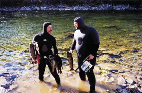 Два подводных охотника в гидро костюмах