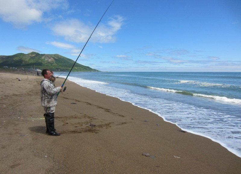 Рыбак с удочкой в руках