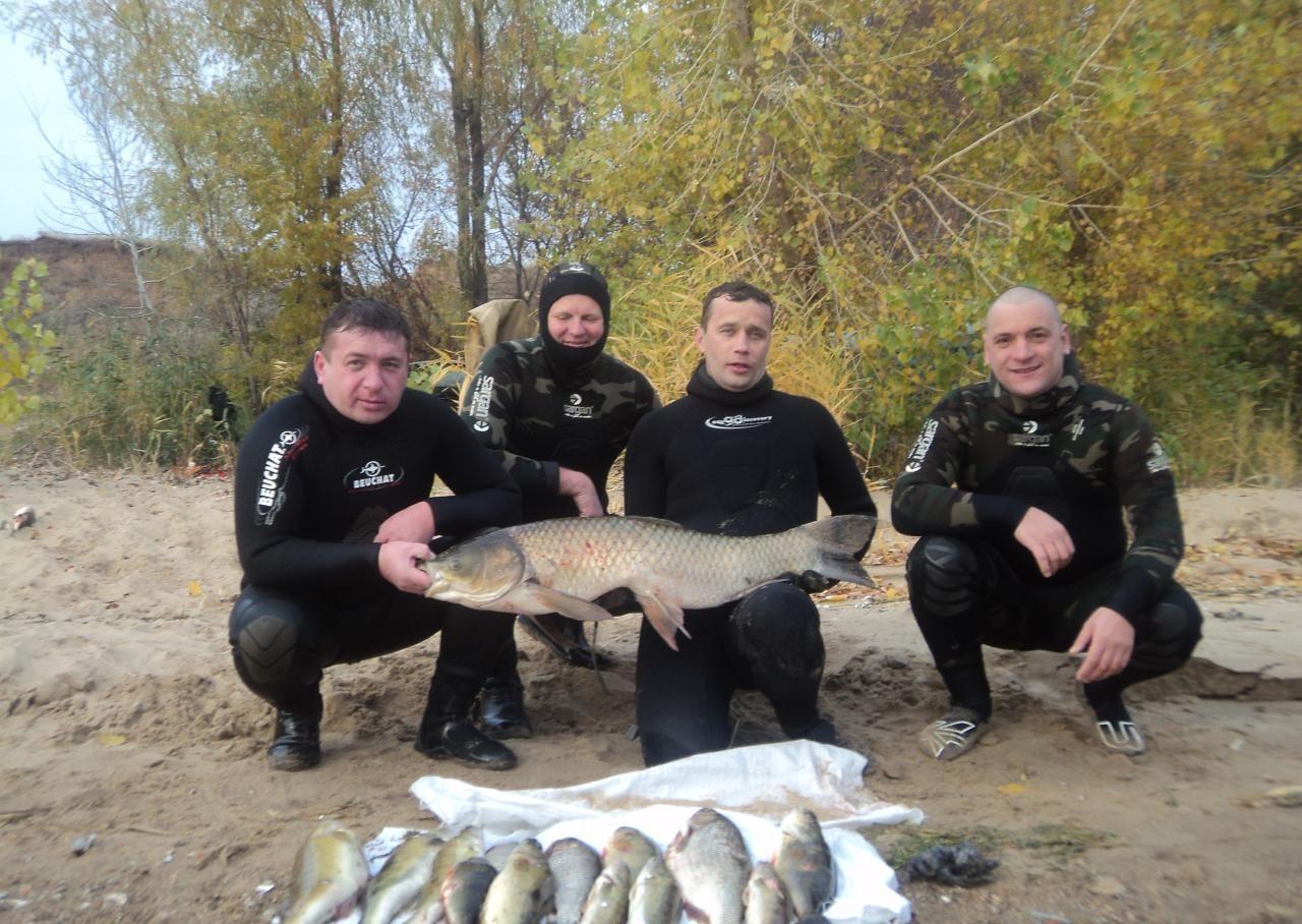 Четверо парней с неплохим уловом рыбы