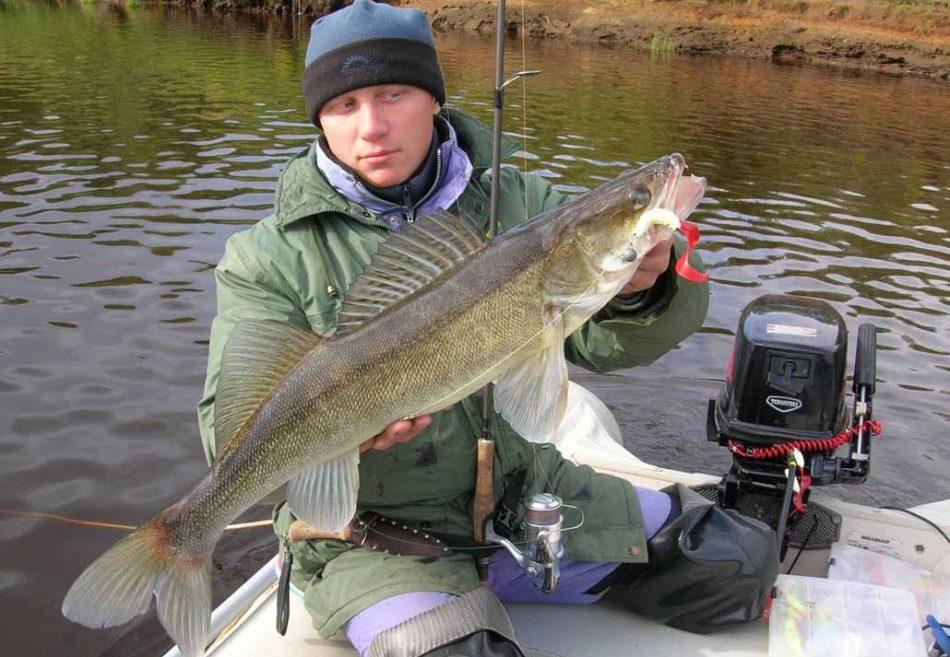 Парень с рыбай в руках