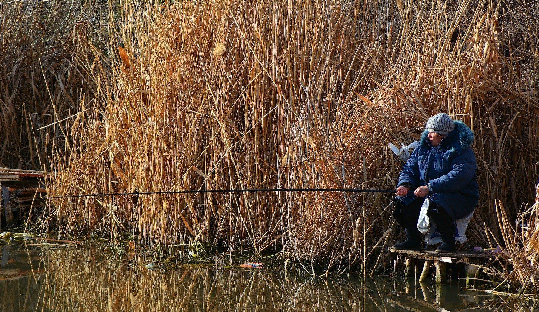 Женщина рыбак с удочкой