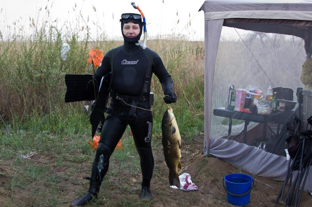 Подводный охотник с рыбиной в руке