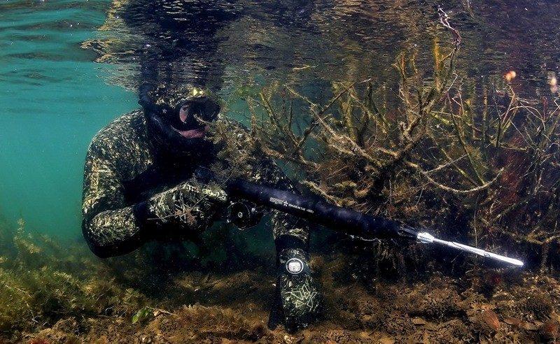 Охотник подводой в засаде