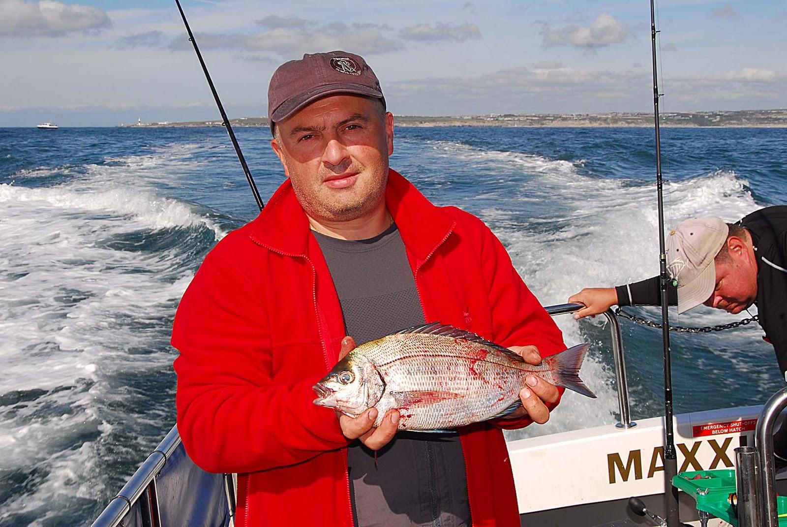 Мужик с рыбай в руках