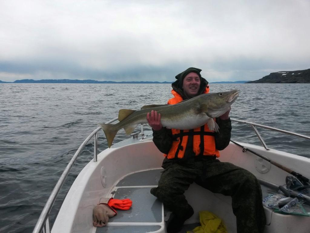 Довольный рыбак с огромной рыбой