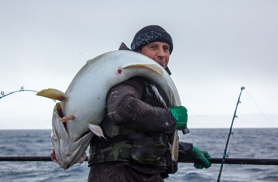 Рыбак с огромным трофеем