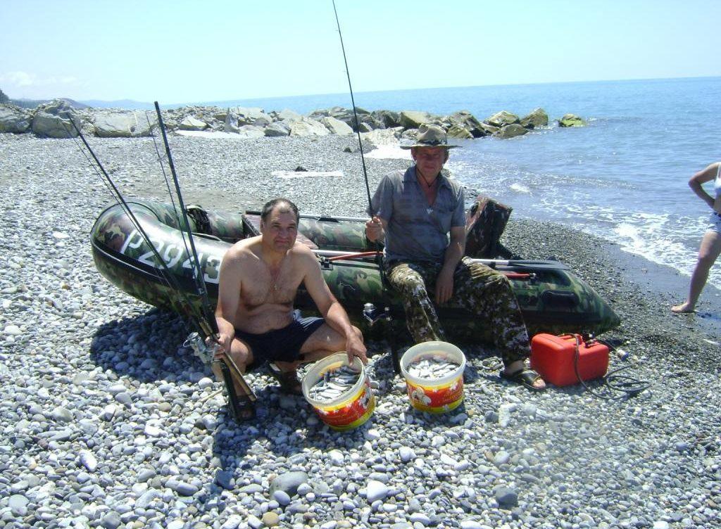 Два рыбак лодка и ведра с рыбай