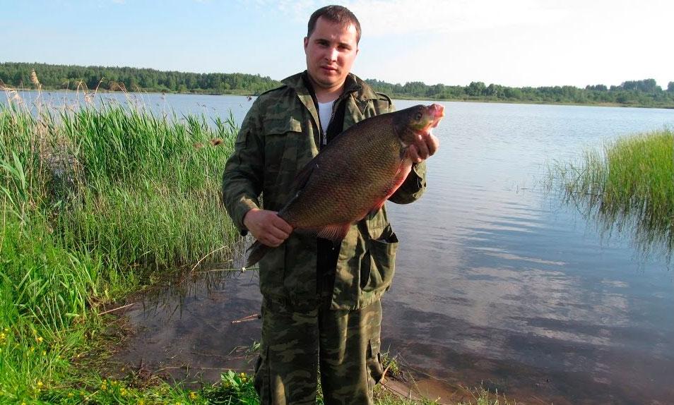 Парень с крупной рыбай в рука
