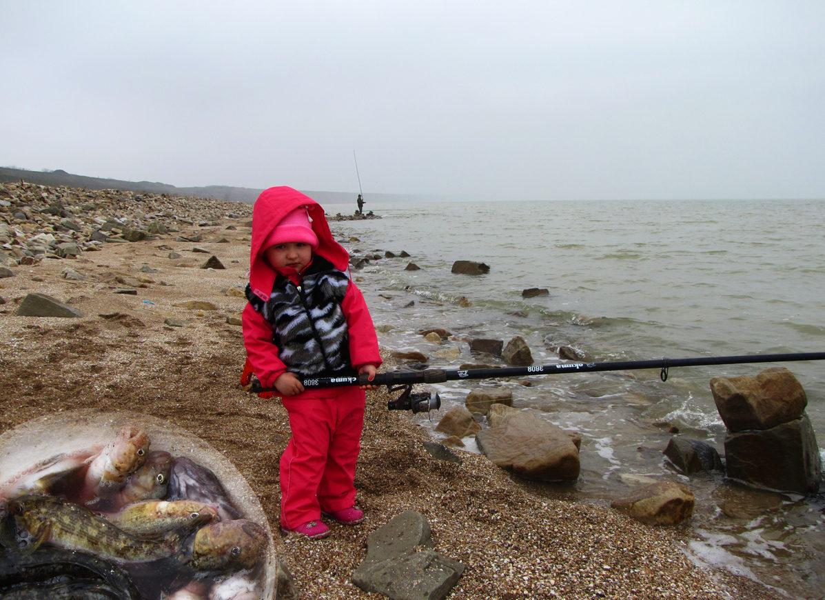Юный рыбак с удочкой