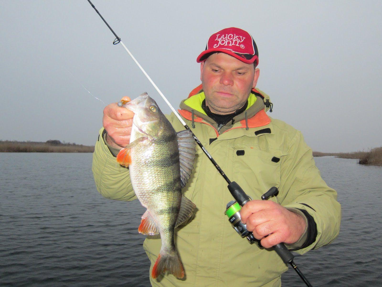 Мужик с удочкой и крупной рыбкой