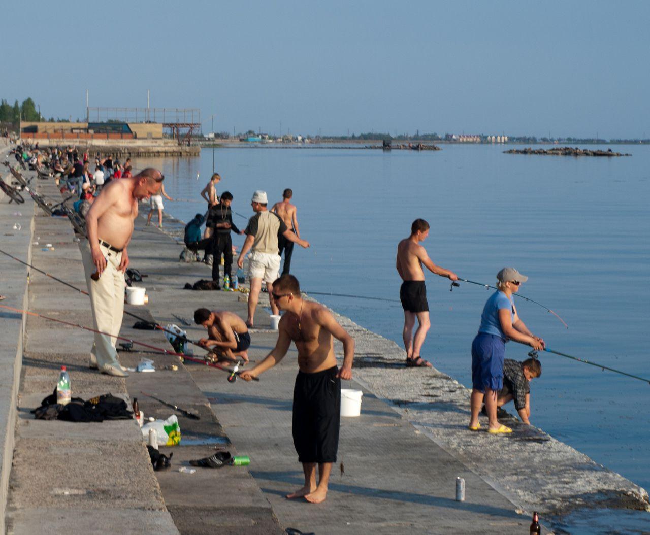 Много рыбаков по береговой линии