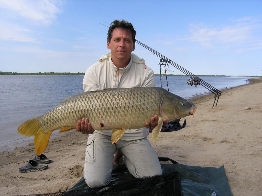 Рыбак с крупной рыбай
