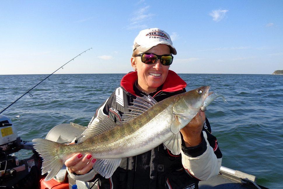 Рыбачка с крупным судаком в руках