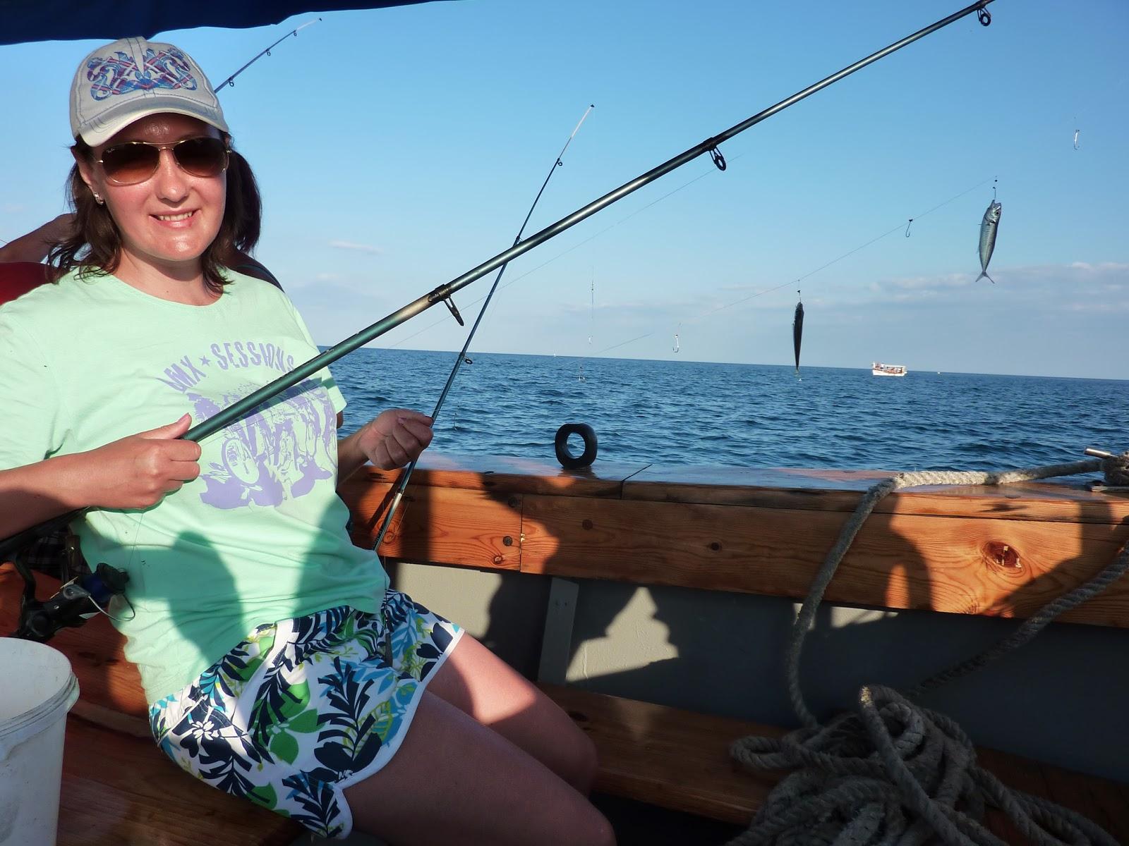 Девушка в лодке с удочкой в руках