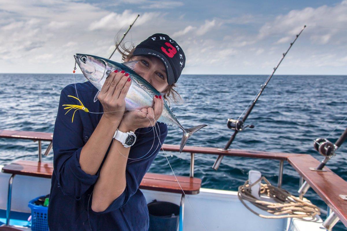 Девушка рыбачка с пойманной рыбкой