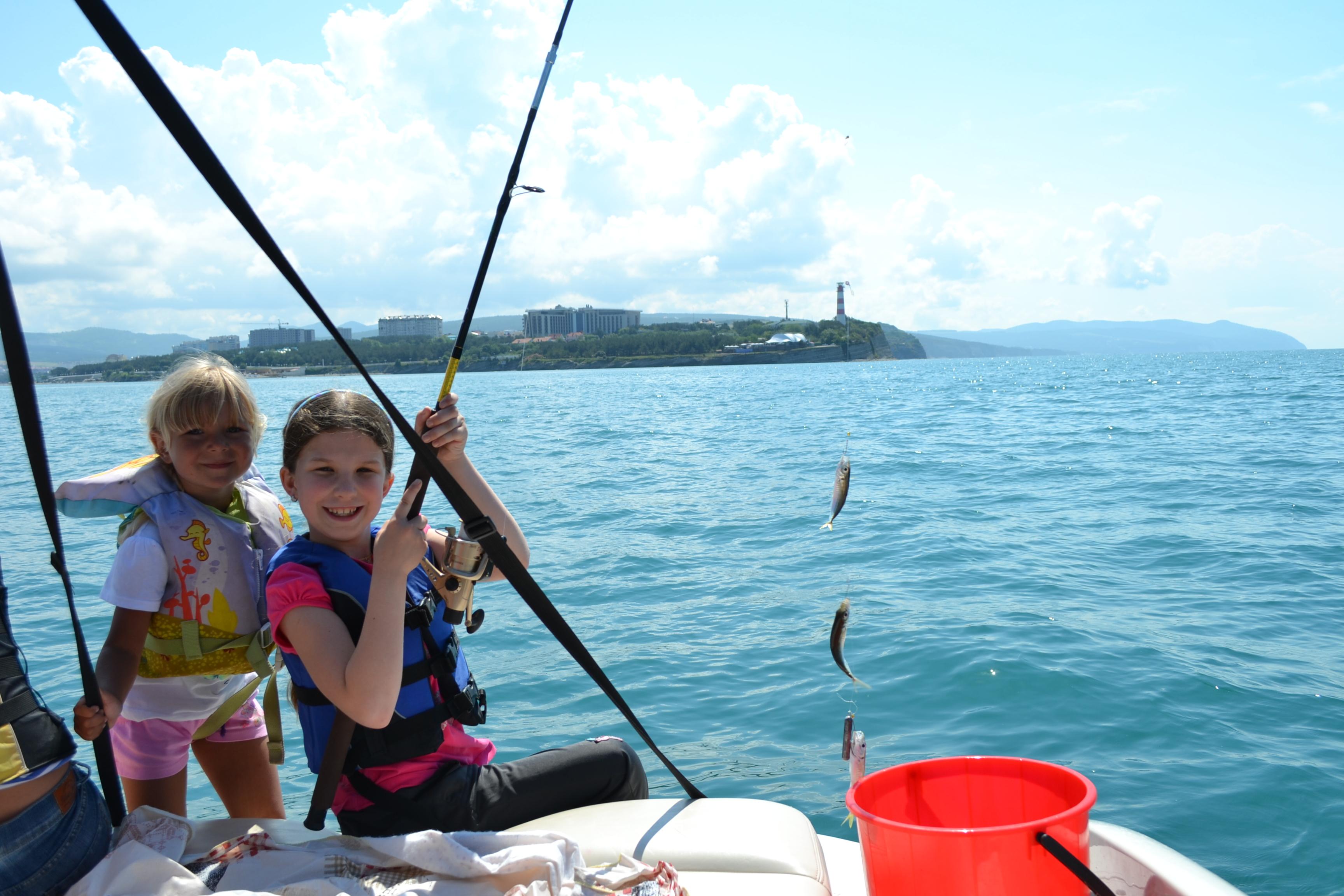 Юные рыбаки с удочками